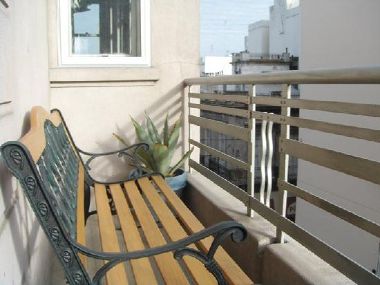 Casa Sarandi Guesthouse: Drink mate and watch the movement on the street below from the living room balcony.