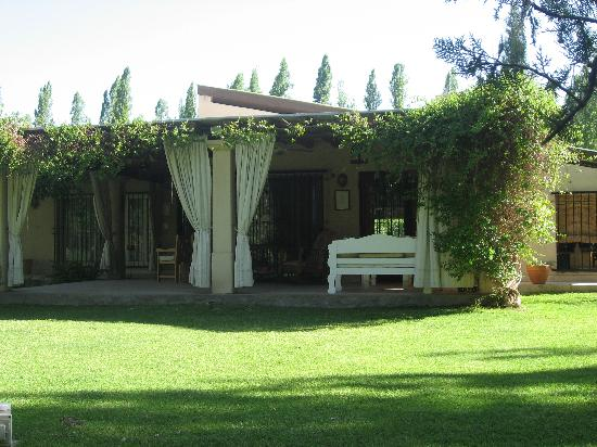 Conalbi Grinberg Casa Vinicola: View of the house from the garden