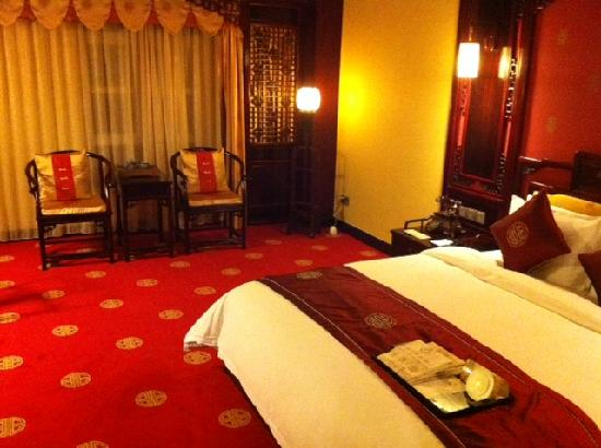 Homeland International Hotel: Comfortable Bed And Nice Antique Chairs