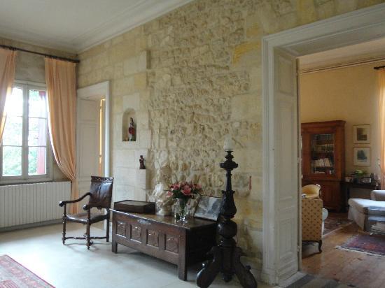Chateau Lavergne-Dulong - Chambres d'hotes: entrance detail