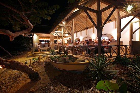 Cooper Island Beach Club Restaurant: Restaurant at night