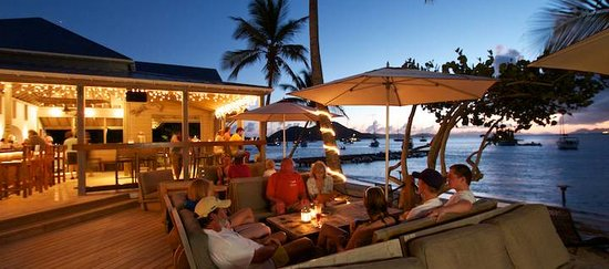 Cooper Island Beach Club Restaurant : Happy Hour on the deck
