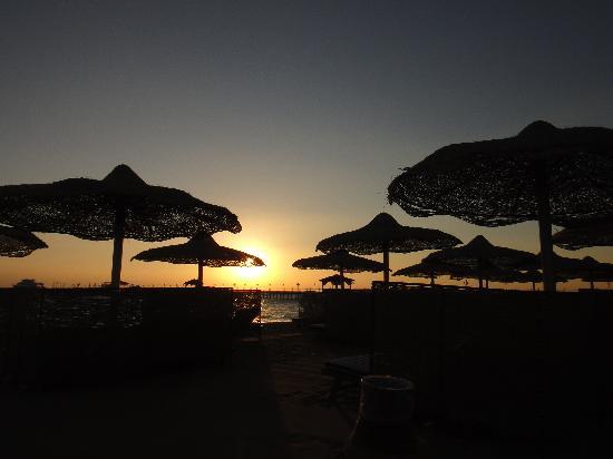 Amwaj Blue Beach Resort & Spa : Lever de soleil au bord de la plage