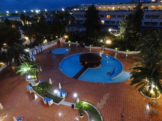 Estival Park Salou: entorno, piscina, jardines muy bonito.