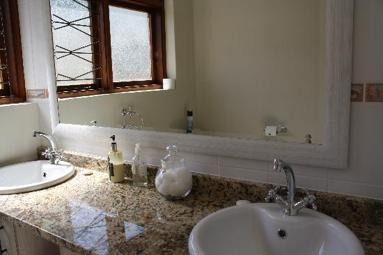 Olives-on-Provident: Lady Di Suite Bathroom