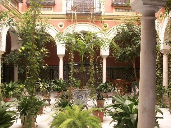 Barrio de Santa Cruz: one of the patio gardens