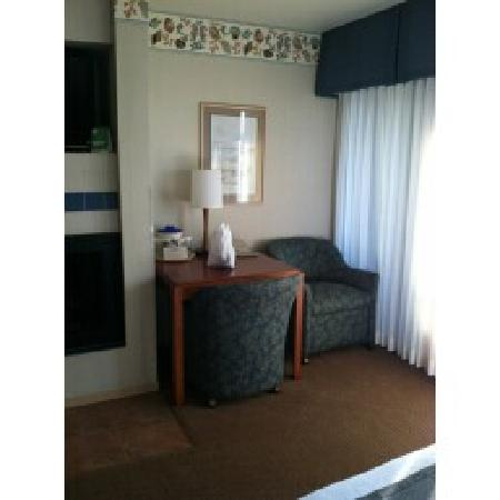 456 Embarcadero Inn & Suites: Small desk and chair