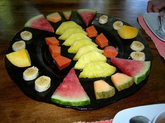 Bahari Beach Bungalows: Fruchtplatte zum Frühstück