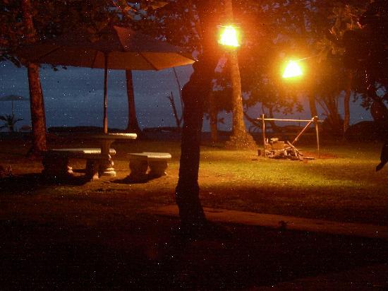 Bahari Beach Bungalows: Abends vor dem Zelt
