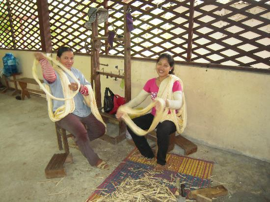Angkor Silk Farm: Women at silk farm