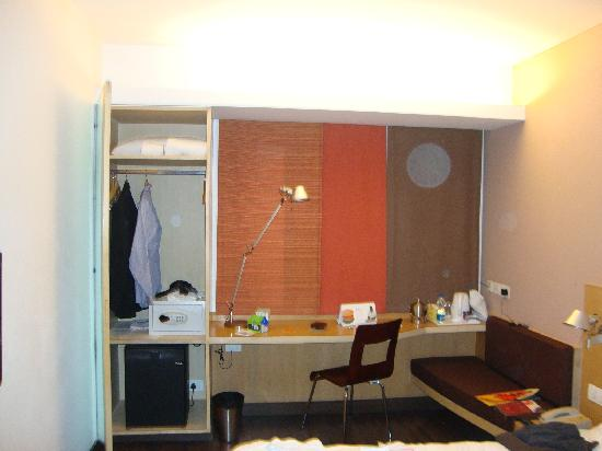 Ibis Gurgaon: Working area and closet