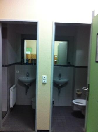 Pathpoint Cologne Backpacker Hostel: bathroom and toilet separated and they are both clean
