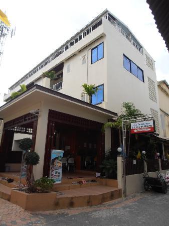 JJ Residence: Foyer