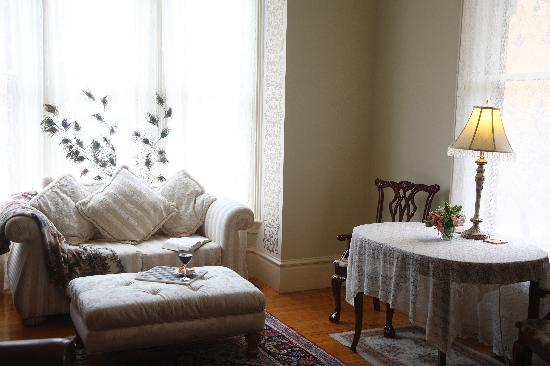 Hamilton House B&B: Bring along your friends and relax together in the sun filled parlors