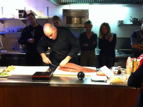 NIDO: chef Maurice Koop geeft instructie bij een Sushi cursus.