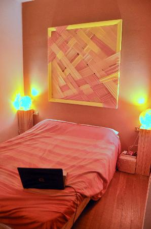 BBH Bed and Bed House Firenze: Our orange room was trendy and colourful.