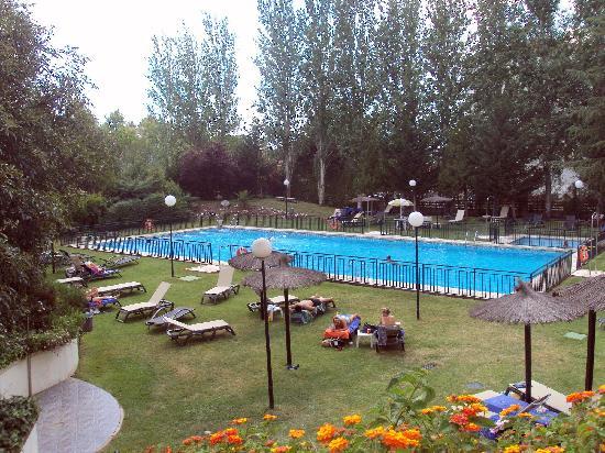 Piscina y entorno picture of barcelo caceres v for Piscina climatizada caceres