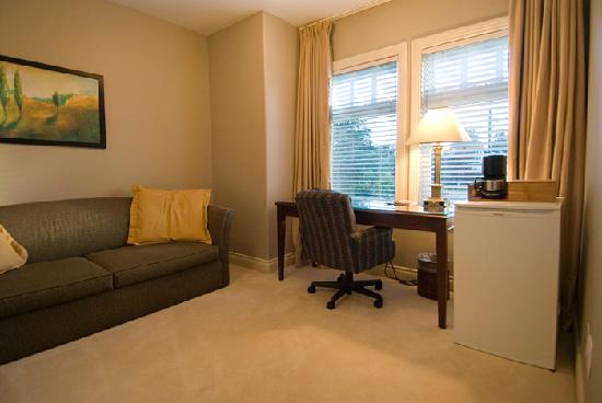 "Granville House B&B: Cedar Master Suite den (w/32"" LCD TV)"