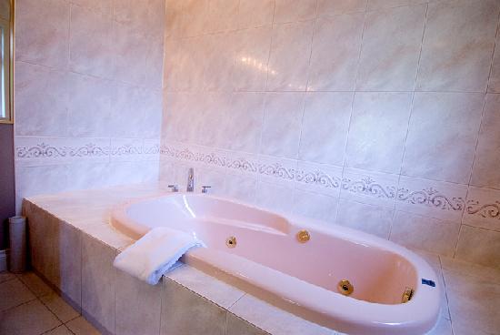 جرانفيل هاوس بي آند بي للبالغين فقط: Alder Master Suite bathroom whirlpool tub
