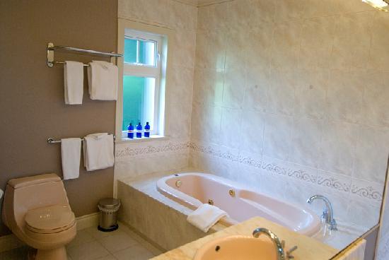 جرانفيل هاوس بي آند بي للبالغين فقط: Alder Master Suite bathroom