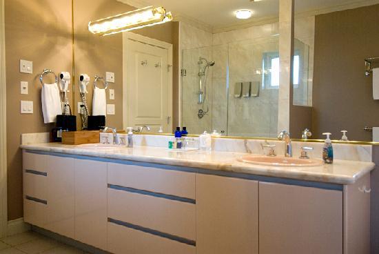 جرانفيل هاوس بي آند بي للبالغين فقط: Alder Master Suite bathroom vanity & shower