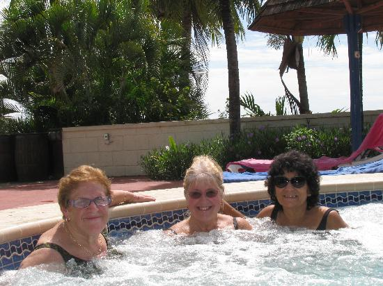 Coconut Court Beach Hotel: gals in the tub