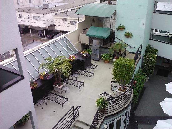 The Carlyle Inn: Looking at balcony over courtyard (jacuzzi in back on 2nd floor)
