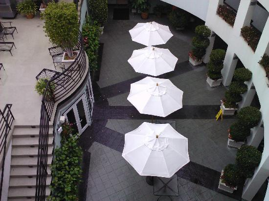 The Carlyle Inn: Courtyard Seating