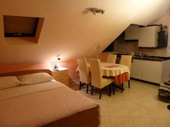 M & J Central Suites: Top floor apartment