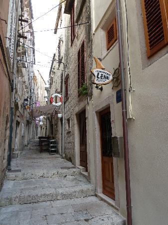 M & J Central Suites: Exterior of Apartments Lenni