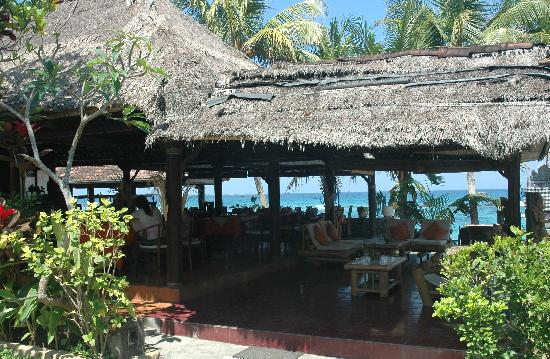 Anom Beach Inn Bungalows: Le restaurant en terrasse