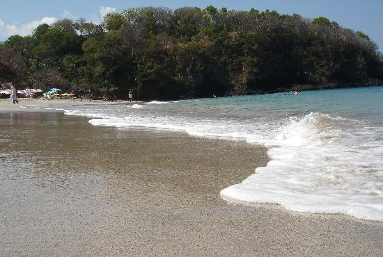 Anom Beach Inn Bungalows: La plage de sable blanc à 15 minutes