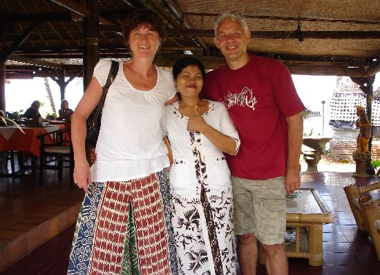 Anom Beach Inn Bungalows: Notre serveuse hyper gentille