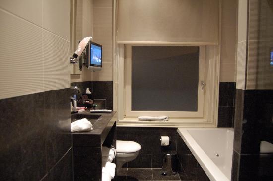 Bagno con vasca doccia e tv picture of hotel roemer amsterdam