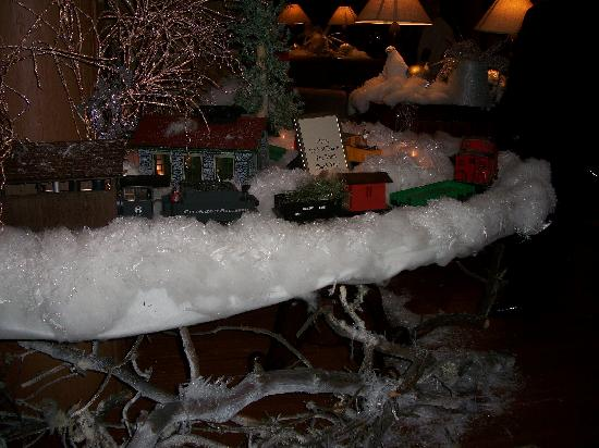 The Restaurant at Alderbrook: Alderbrook Christmas train in the lobby