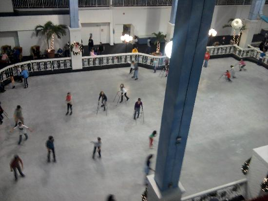 Carousel Resort Hotel & Condominiums: Ice skating in the atrium