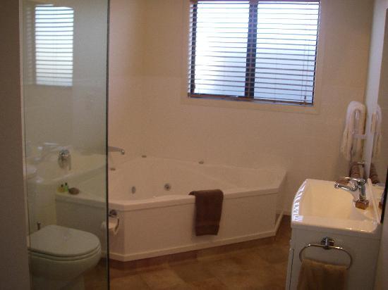 Heritage Court Motor Lodge: Luxury Corner Spa Bath / seperate shower