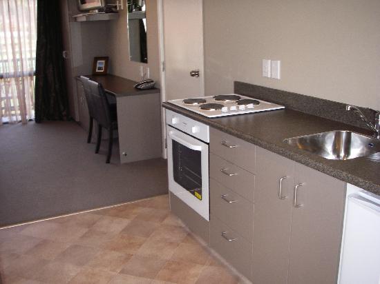 Heritage Court Motor Lodge: Luxury Room Kitchen