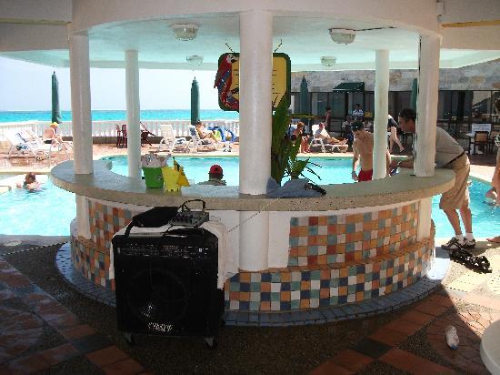 Decameron Maryland : Bar près de la piscine