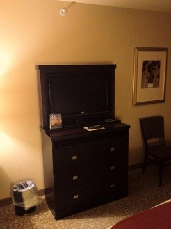 Holiday Inn Express Hotel & Suites Wichita Falls: tv and dresser