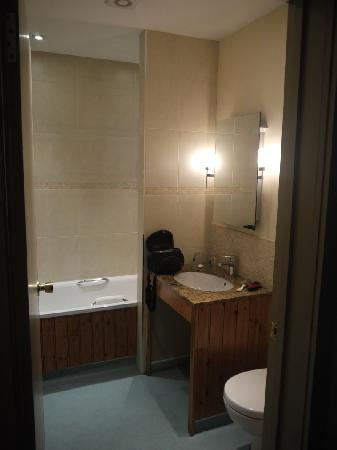 Cartwright Hotel: The Bathroom