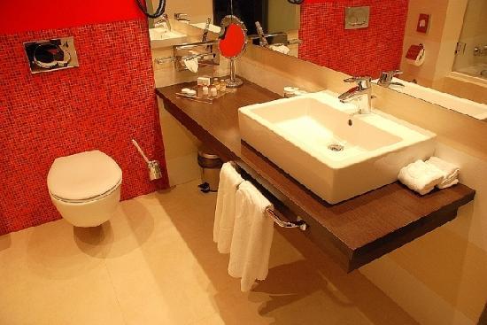 Ramada Sibiu: Bathroom