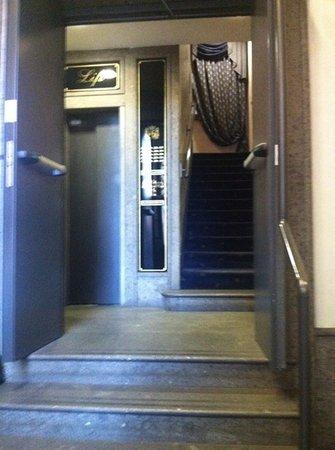 Hotel Diplomatic: La salita alle camere.