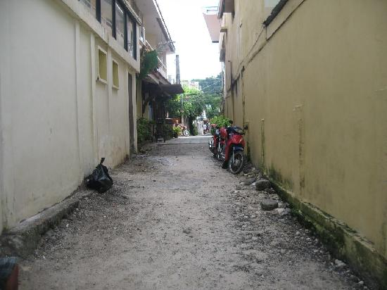 Boracay Breeze Resort: Alley from beach front (willys) going to boracay breeze