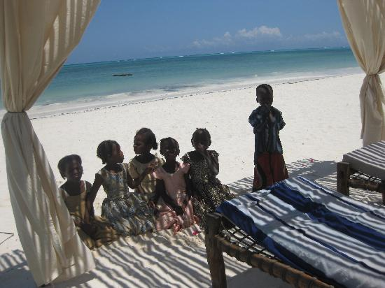 Next Paradise Boutique Resort: inspiring visit of local kids at my sunbed