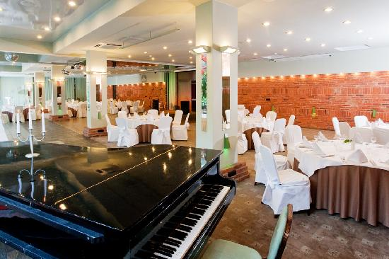Best Western Vilnius: Piano in the Glass Hall