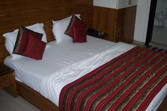 Hotel Chanchal Continental: Bed and  linen in a room