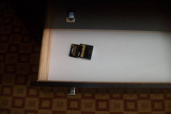 La Quinta Inn & Suites Brooklyn Downtown: somebody forgot to clean the drawers