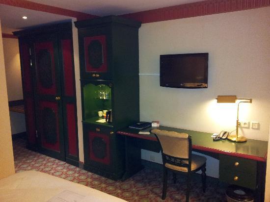 Carlton Ambassador Hotel: Work desk
