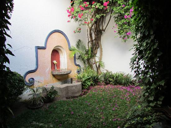 Healing Hands Therapy Spa: garden with fountain at entrance